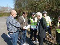 Fahrradtour durch Zündorf mit Amtsleiter für Straßen und Verkehrstechnik verdeutlicht Verbesserungspotential