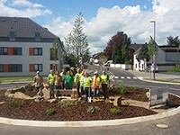 Der Verkehrskreisel in Oberzündorf wurde gemeinsam bepflanzt
